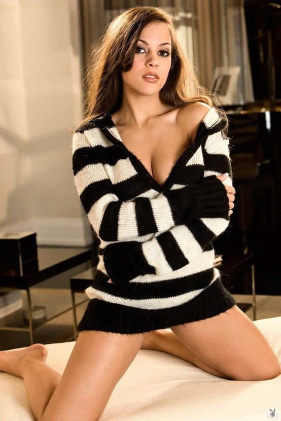 Эротический фотосет симпатичной девушки в полосатом свитере