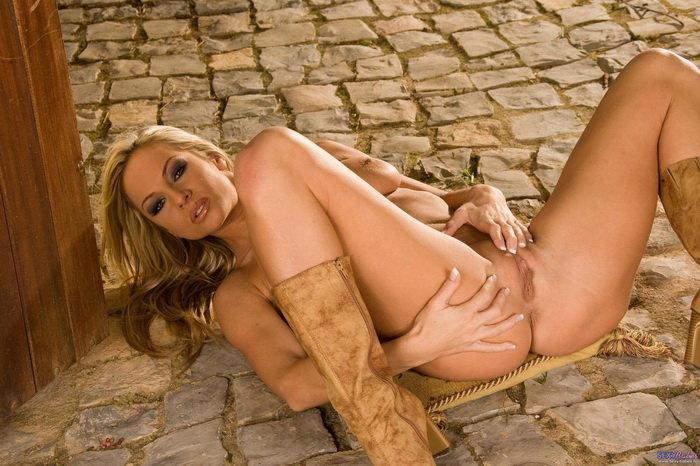 Эротические фото озорной блондиночки в тельняшке