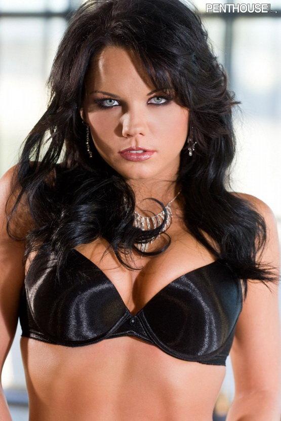 Эротическая фотогалерея голубоглазой брюнетки в черном белье