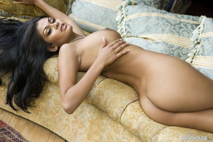 Эротические фото сексуальной брюнетки на диване