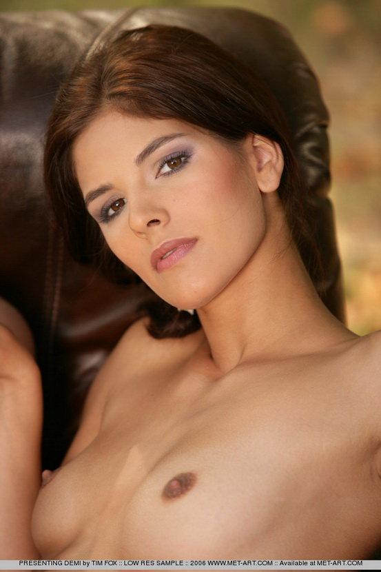 Эротические фото красивой девушки на природе