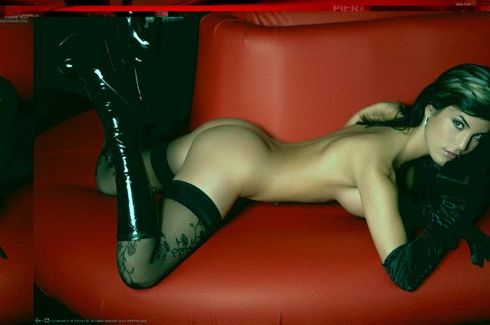Эротические фото страстной брюнетки в черном корсаже