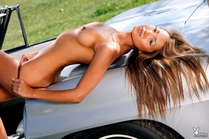 Эротический фотосет знойной латиноамериканки в машине