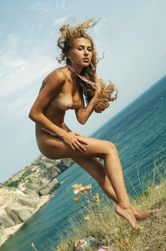Эротические фото красивой девушки на море