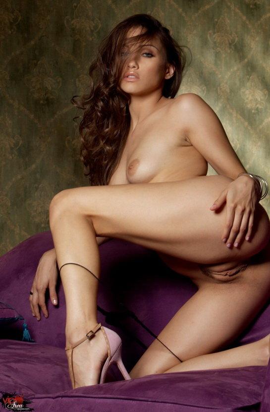 Эрогалерея красивой девушки-брюнетки в лиловом