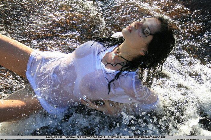 Эротическая фотосессия красивой брюнетки у водопада