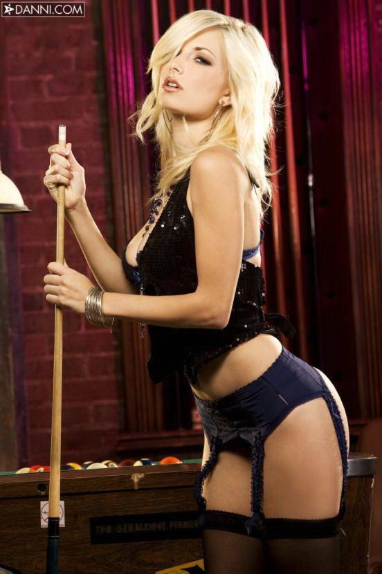 Эротические фото блондинки-секси на бильярдном столе