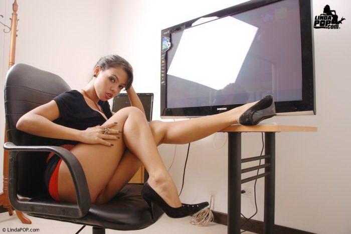 Эрогалерея сексуальной латиноамериканки в маленьком черном платье