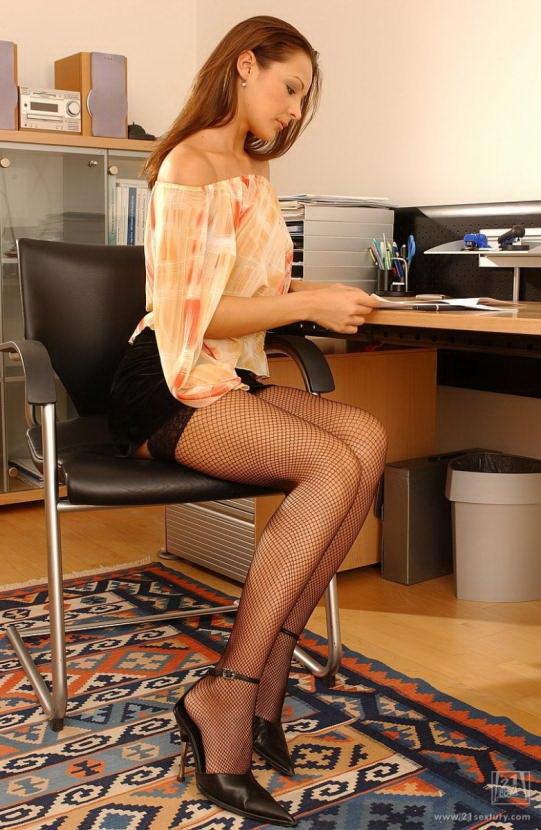 Эротическая галерея красивой шатенки в персиковой блузке