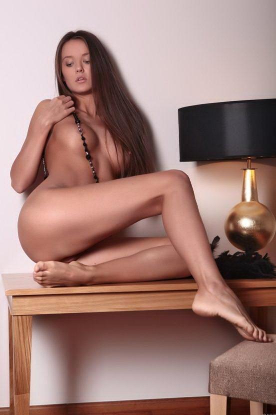 Эротические фотографии голой девушки с черными бусами