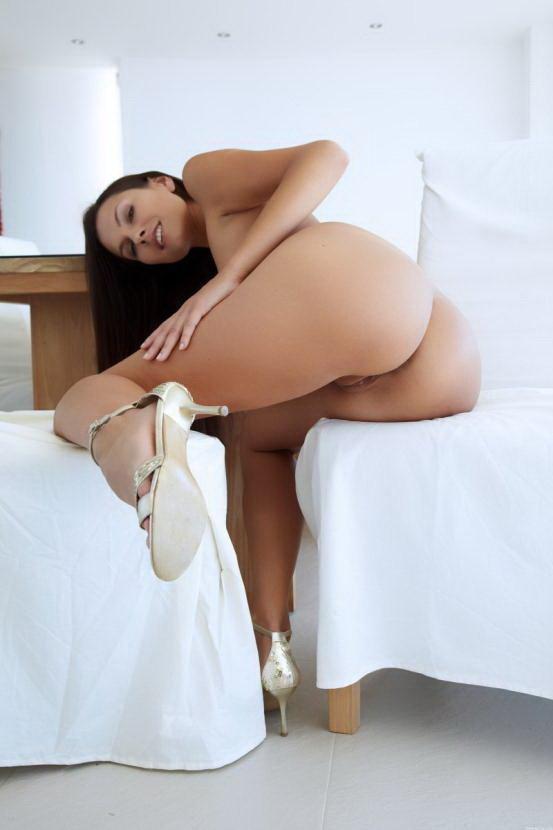 Эротический фотосет красивой девушки в сером платье
