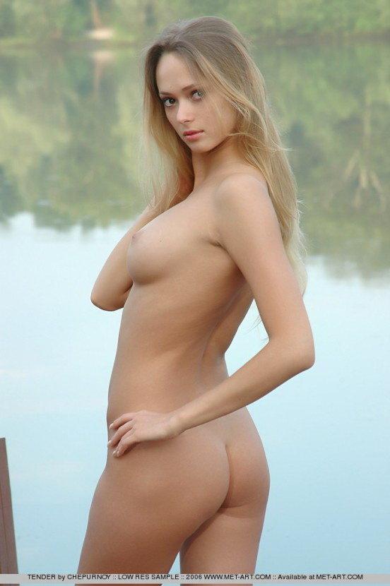 Эротические фото голой девушки на лодочном причале