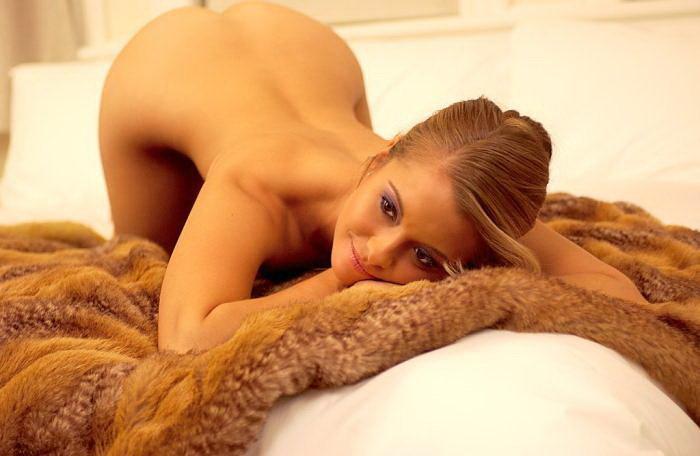 Эротическая галерея сексуальной шатенки в трикотажных шортиках