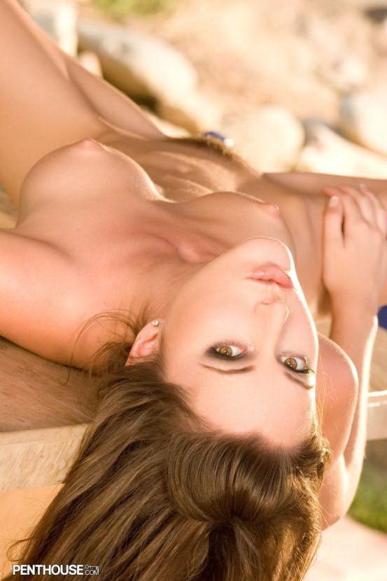 Эрогалерея сексуальной брюнетки в бикини