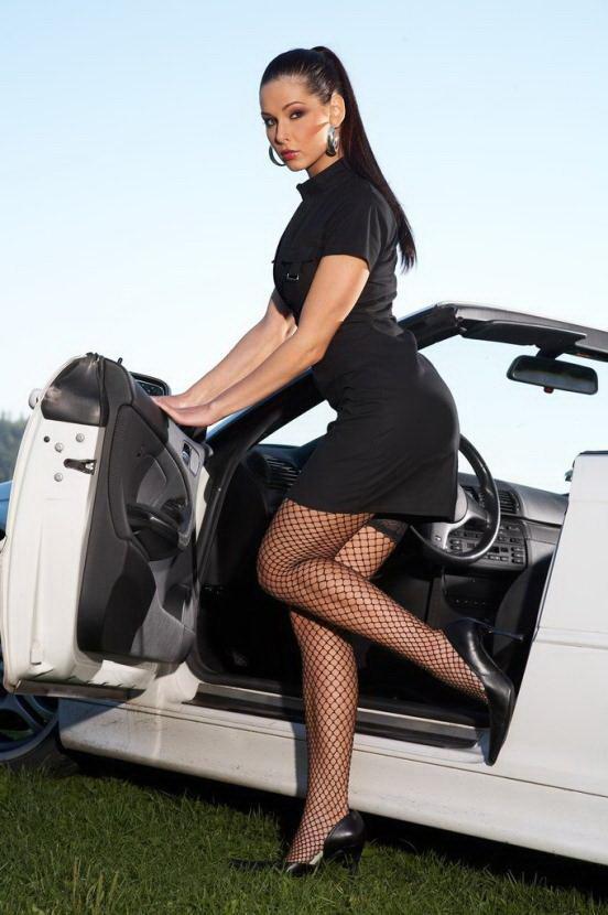 Эротическая фотосессия жгучей брюнетки в кабриолете