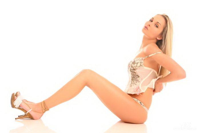 Эротический фотосет красивой блондинки в корсаже