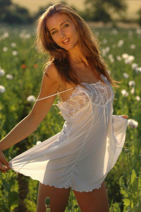 Эротические фото красивой девушки с белыми маками