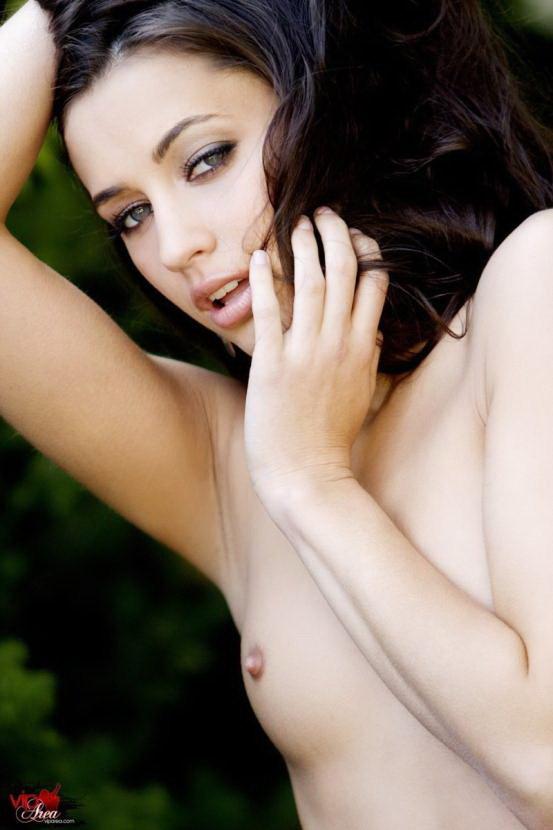 Эротическая фотосессия синеглазой брюнетки в аллее