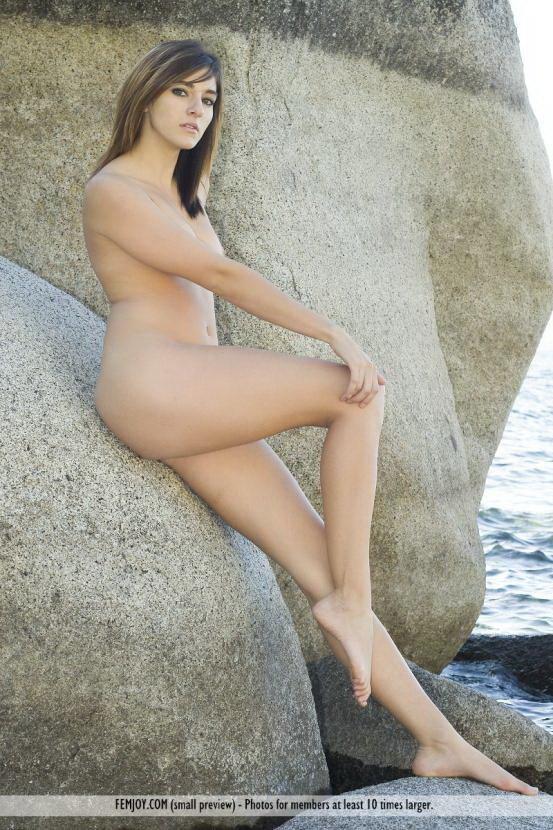 Эротическая галерея брюнетки на скалах