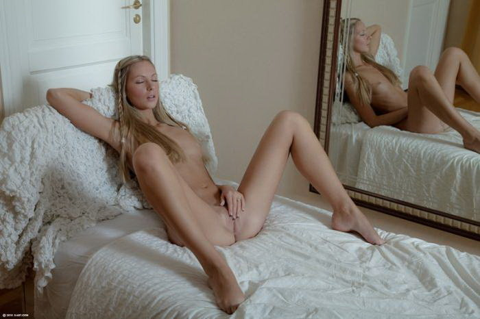 Эротический фотосет блондинки в кружевном белье
