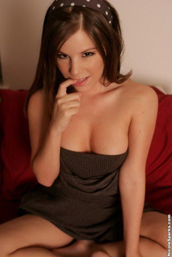 Эротическая галерея красивой брюнетки в коричневом платье