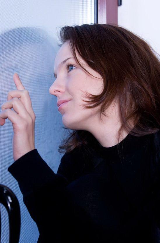 Эротическая галерея голубоглазой брюнетки в черном свитере