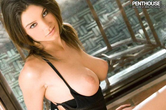 Эротические фото сексуальной брюнетки в черном белье