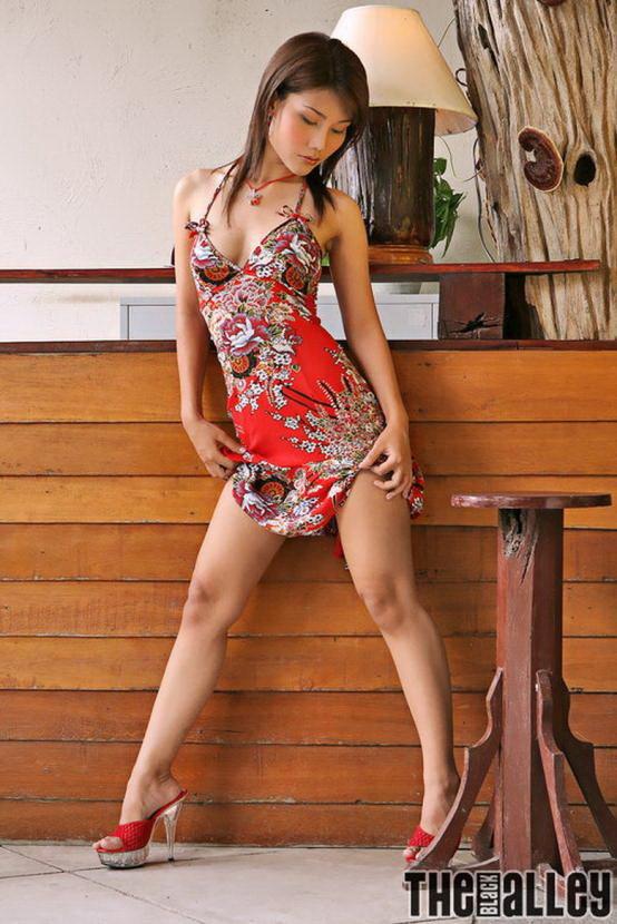 Эротические фото красивой азиатки с бокалом виски