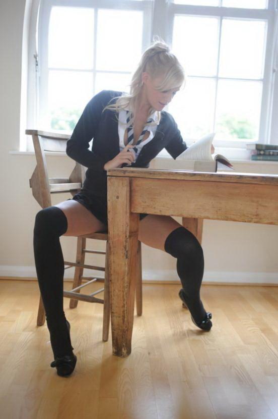 Эротический фотосет блондинки в коротенькой черной юбочке