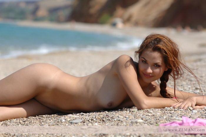 Эротические фото симпатичной девушки на галечном пляже