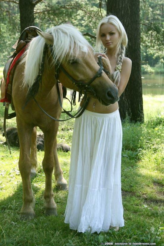 Эротическая фотосессия белокурой наездницы с конем