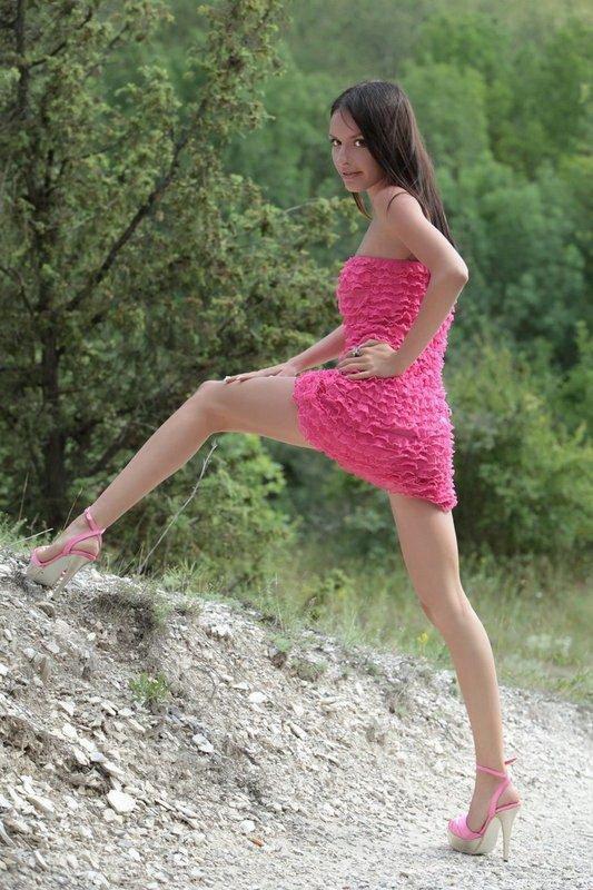 Эротические фото красивой девушки в розовом платье