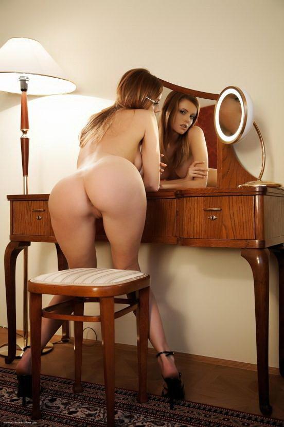 Эрогалерея хорошенькой рыжей девушки на столе у зеркала