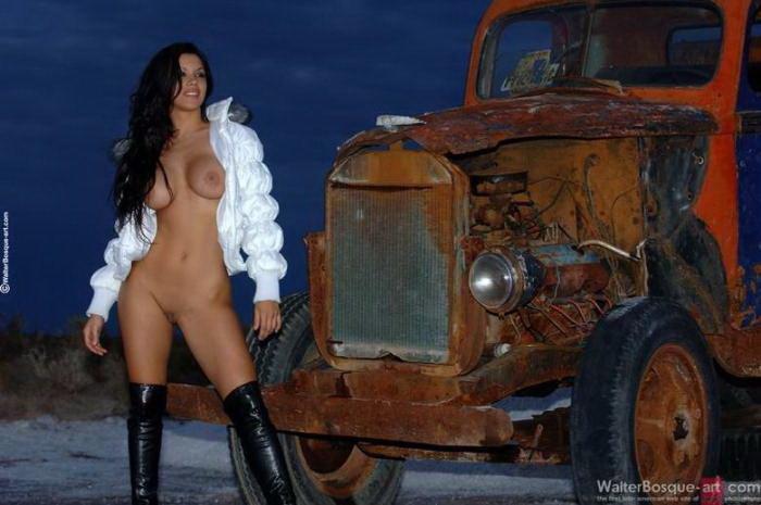 Эротические фото сексапильной брюнетки у старого грузовика