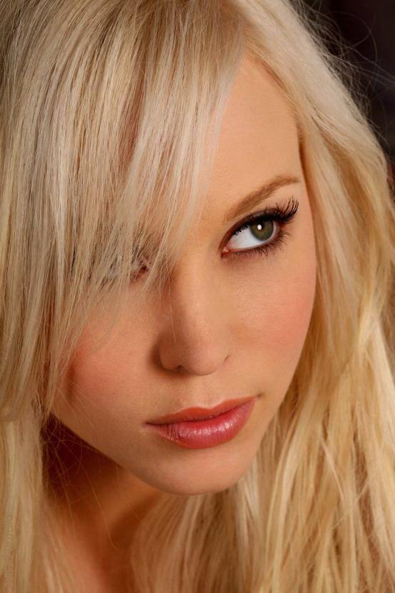 Эротическая галерея сексуальной блондинки в черном свитере