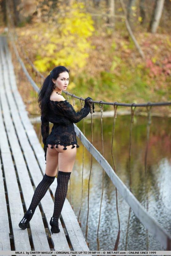 Эротические фотографии красивой девушки на подвесном мосту