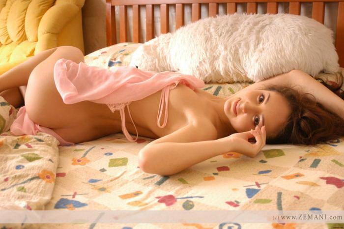 Эрогалерея нежной брюнетки в розовой ночной рубашке