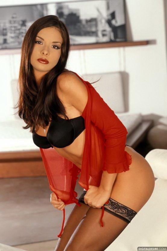 Эротические фото красивой брюнетки-секси в красной кофте