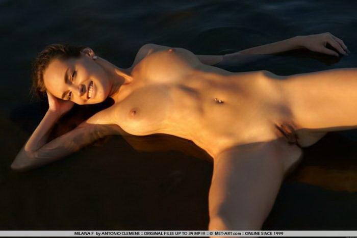 Эротическая галерея симпатичной девушки, купающейся в реке