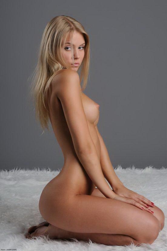 Эротическая фотогалерея красивой обнаженной блондинки