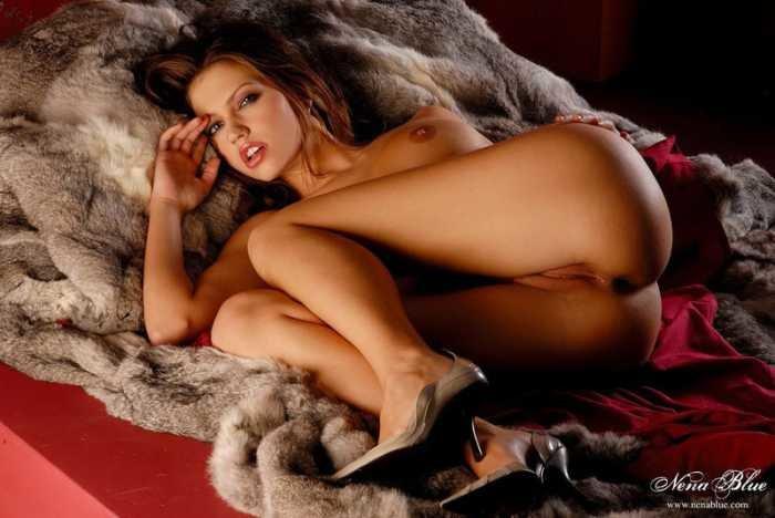 Эротические фотографии красивой девушки в мехах