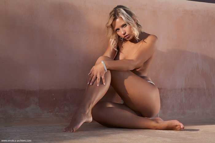 Эротическая галерея голой блондинки в поясе