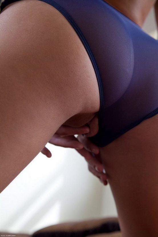 Эротический фотосет симпатичной девушки в синих трусиках