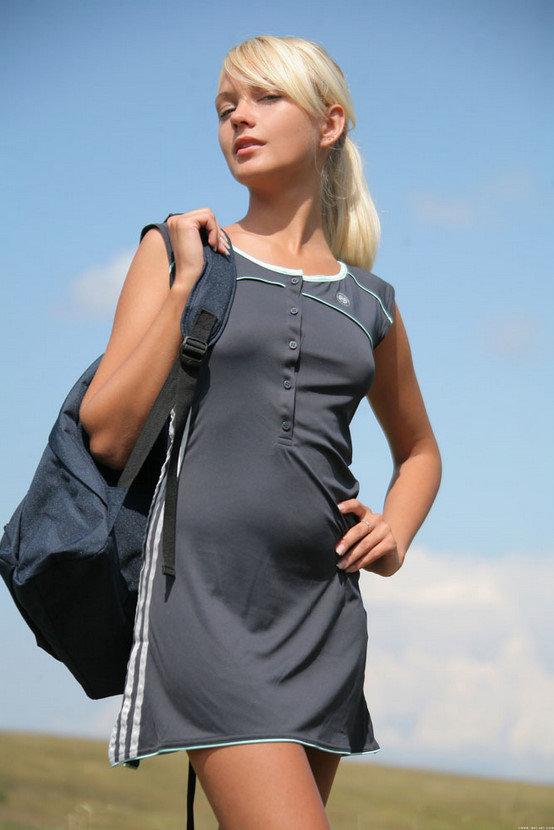 Эрогалерея симпатичной девушки-спортсменки на природе