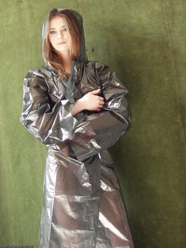 Эрогалерея симпатичной шатенки в дождевом плаще