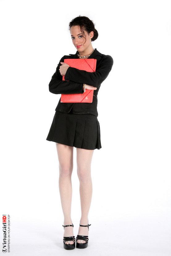Эротическая галерея брюнетки в черном костюме
