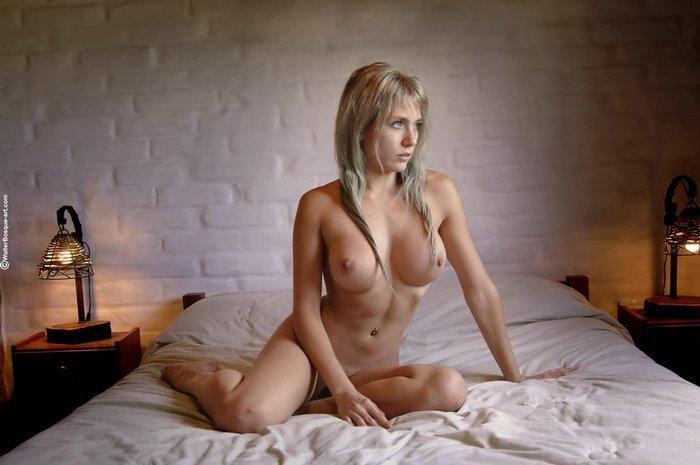 Эротическая галерея томной блондинки в белом белье