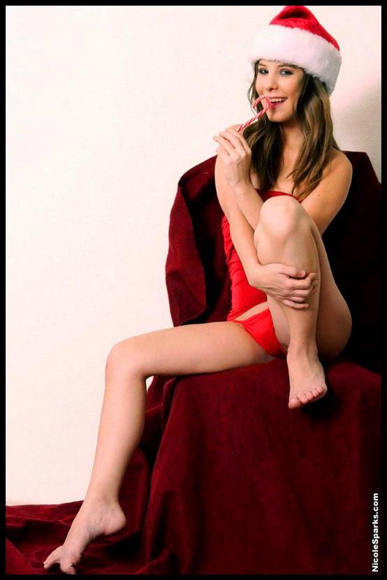 Эротическая галерея новогодней брюнетки в красном