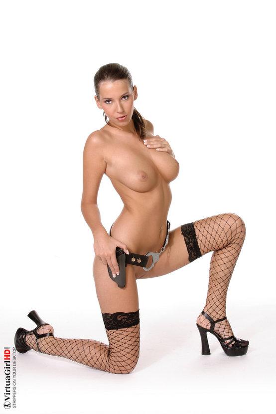 Эротическая фотосессия сексапильной красотки с наручниками