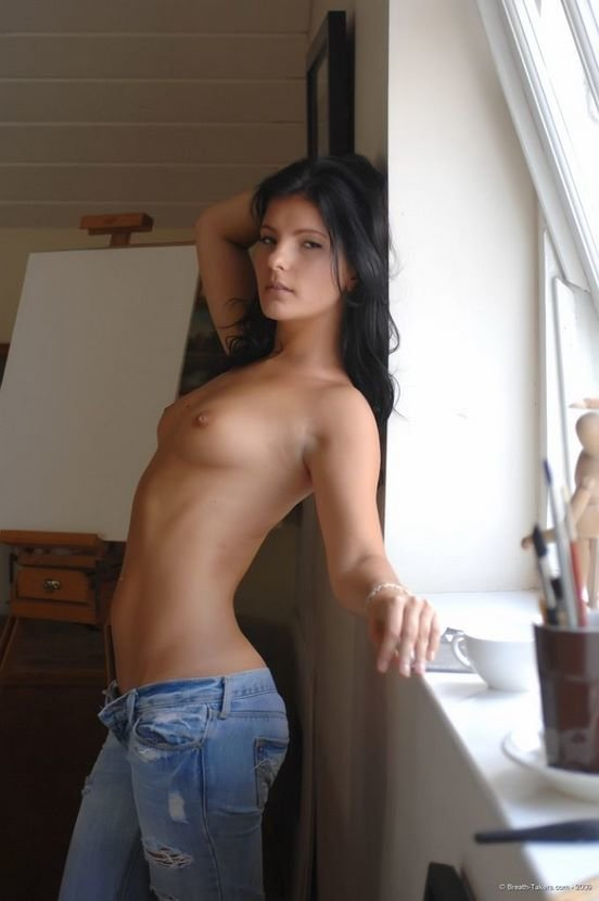 Эротические фото красивой девушки в синих джинсах